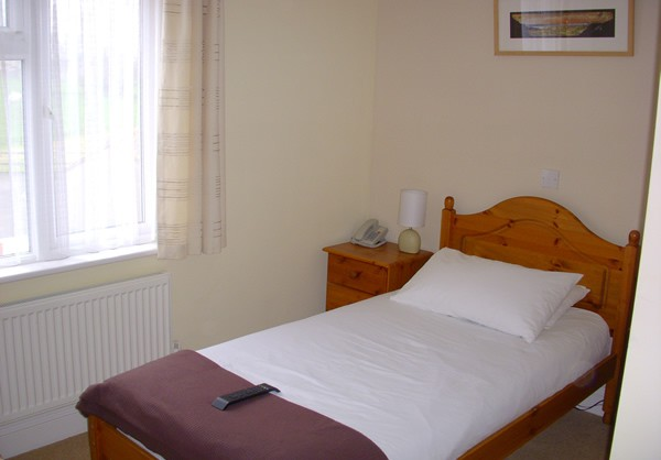 how do you say single bed in everest lodge restaurant bar single bed room